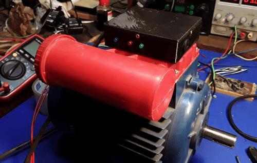 Контроллер управления, закреплённый на пластиковой крышке распределительной коробки двигателя 6АЕ80.